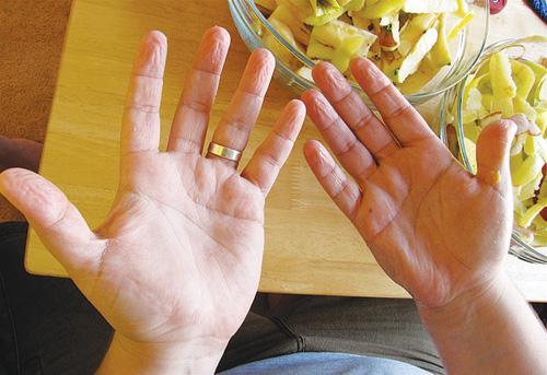 Da ngón tay thường nhăn nheo trong trường hợp ngâm nước lâu - Ảnh: Flickr