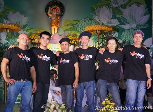 Ban nhạc H.O.T Rock chụp hình lưu niệm sau đêm Văn Nghệ CD Phật Đản PL 2555 tại GĐPT Đức Tâm