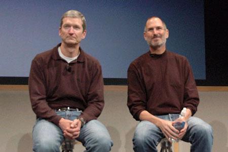 """Steve Jobs nhường lại vị trí """"chèo lái"""" cho Tim Cook."""