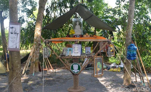 Nơi thiết bàn thờ Phật kết hợp góc triển lãm sức sống trại, được thực hiện theo mô hình chùa một cột