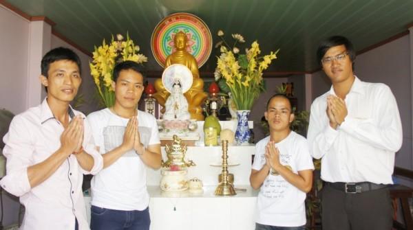 Trên gian thờ Phật tại gia đình chú DKT