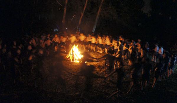 Cùng nắm chặt tay nhau trong đêm lửa trại