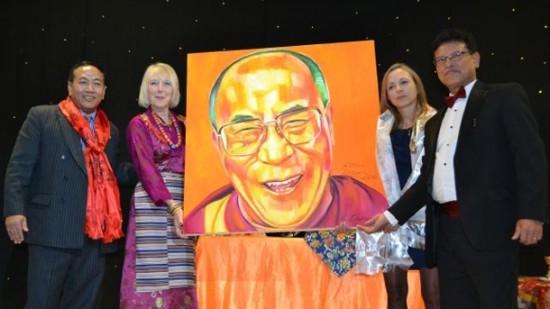 Họa sĩ Andrews nói rằng những bức chân dung này đã tóm lược tinh thần của Đức Dalai Lama và miêu tả tính khôi hài đặc trưng của ngài (ảnh).
