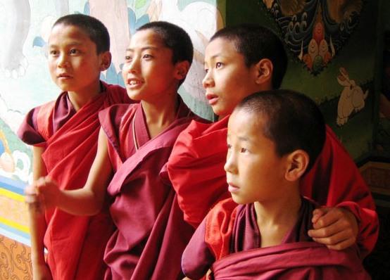 Các nhà sư trẻ tại một tu viện của Bhutan - Ảnh: BEL