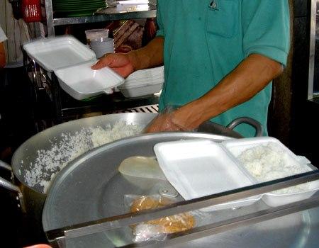 Người dân không nên dùng hộp xốp để đựng thức ăn nóng, chứa dầu mỡ, dưa muối... Ảnh:Thiên Chương.