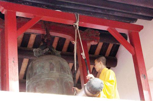 Nhà sư trẻ đang giữ hạnh nguyện đánh chuông chùa Thiên Mụ