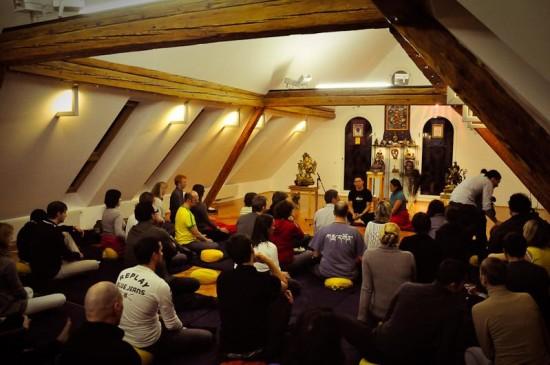 Phật tử tu học tại trung tâm Phật giáo ở London