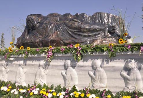 Tượng Phật nhập Niết bàn bằng đá sapphire tại chùa Hội An. Ảnh:phatgiaobinhduong.com