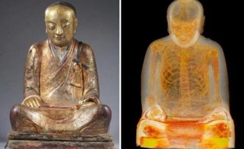 Bức tượng Phật và xác ướp bên trong. Ảnh: Drents Museum